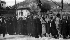 Emakumeak bozkatzeko itxaroten Hernanin, 1933an.